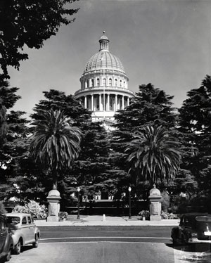 A view of the State Capitol from the west side in the 1940s before the granite and masonry fence were removed